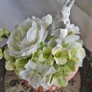 白いラナンキュラスとあじさいの花畑・フラワーアレンジ/お世話いらずのアーティフィシャルフラワー イースターうさぎのアレンジ 母の日 お誕生日