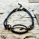 オーバルチャームと黒革丸紐のブレスレット