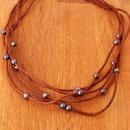 ブラウン革紐と淡水パールの5連ネックレス