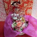 エレガントなハートの陶器にアレンジした薔薇のプリザーブドフラワーとハートの焼き菓子2袋のギフトセット