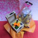 木箱に薔薇のプリザーブドフラワーの秋色アレンジと秋の焼き菓子8袋のギフトセット