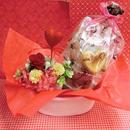 ピンクのハートの陶器にアレンジした薔薇のプリザーブドフラワーと野菜や果物を使った焼き菓子8袋のギフトセット