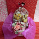 エレガントなハートの陶器にアレンジした薔薇のプリザーブドフラワーとハートの焼き菓子6袋のギフトセット