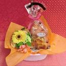 黄色の陶器にアレンジしたガーベラのプリザーブドフラワーと果物や野菜を使った焼き菓子2袋のギフトセット♪(*^▽^*)