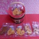 黒猫模様の木製かごにネコの形&肉球の形の焼き菓子5袋詰め合わせ