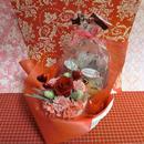 ハート柄の陶器カップにアレンジした薔薇のプリザーブドフラワーとハートの焼き菓子6袋のギフトセット