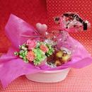 ピンクのハートの陶器にアレンジした薔薇のプリザーブドフラワーと野菜や果物を使った焼き菓子2袋のギフトセット