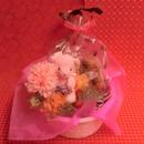 クマさんがプリザーブドフラワーのカーネーションの花束を持ったアレンジと野菜や果物を使った焼き菓子2袋のギフトセット♪