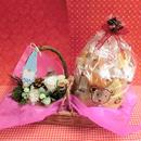 森のクリスマスをイメージして作った白樺の器にアレンジしたプリザーブドフラワーと冬の焼き菓子8袋のセット