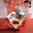 ハート柄の木箱にアレンジしたカーネーションのプリザーブドフラワーと野菜や果物を使った焼き菓子6袋のギフトセット♪