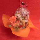 クマさんがプリザーブドフラワーのカーネーションの花束を持ったアレンジと野菜や果物を使った焼き菓子8袋のギフトセット♪
