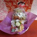ピンポンマムのプリザーブドフラワーに桜のシルクフラワーをちらしたアレンジと桜の焼き菓子8袋のギフトセット