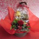 銀縁に輝いた陶器にクリスマスアレンジした薔薇のプリザーブドフラワーアレンジと冬の焼き菓子6袋のギフトセット