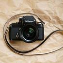 バッファロー革の黒いカメラストラップ