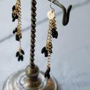 フランス製のやさしくカットが光る艶のある黒スフレガラスのロングピアス/イヤリング