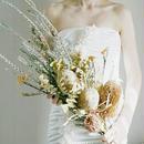 『結婚式のブーケ  縦長 クラッチ beige』ナチュラルな花嫁さんに ブートニア付き