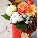 季節のお花のクリスマスバケットアレンジメント