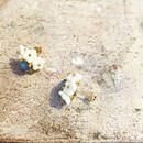 Cloche Tronc フラワービジューキャッチピアス blu
