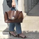 bag2-02339 クロコ型押し サークルメタルデザイン ハンドバッグ ポーチ付き ブラック ブラウン