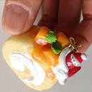 苺ぼうやキーホルダー/ふかふかロールケーキ 赤いハートのチャーム付き