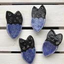 陶器製黒猫ぶどうブローチ(青)