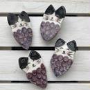 陶器製 ハチワレ猫ぶどうブローチ(赤紫)