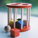 【6ヶ月〜:動かす】【1才〜:入れる】N筒型ポストボックス  赤/ 白木
