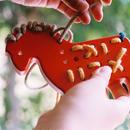 〈3才-〉【指先を使う玩具/ひも通し】ひも通しポニー 赤/青/緑