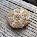 菱刺しブローチ (草木染め・りんご)梅の花