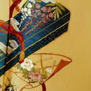 【袷】セミアンティーク 濃黄色地 文箱などの刺繍文 付下