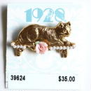 1928 ヴィンテージブローチ  飾り台に座る猫 デッドストック