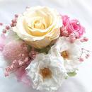 【プリザーブドフラワー/クリーム・桃色・白い薔薇の優しくみア合わせのスクエア陶器アレンジ/リボンラッピング付き】