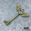 【5点セット】鍵風ペンダント素材 59.9mm x 41.6mm 翼付きグリップ 金属製パーツ ブラスカラー 商品番号K-0044