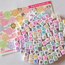 usausaのお店 カラフル文字のキューブ形アルファベットビーズ100個(6mm)と、【usausaを探そう!】アルファベットシールのセット/ローマ字/知育玩具 (B404)