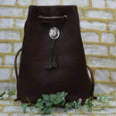 牛革リュック チョコ 巾着型 コンチョとタッセルがアクセントのレザーリュック 18042901