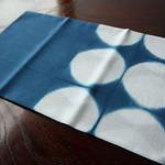 板締め絞りの藍染手ぬぐい - まる