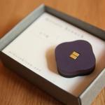 木製のかろやかな-モザイクブローチ- よつ花・葡萄色