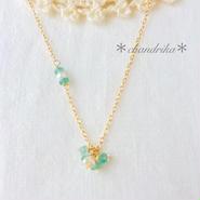 エメラルドとパールの小花ネックレス