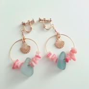 貝殻チャーム の シーグラス × ローズクォーツ&サンゴチップ フープ イヤリング