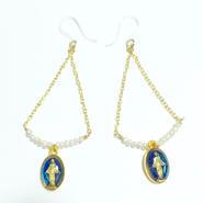 ブルーカラー奇跡のメダイ× 小さな淡水真珠ケシパール × チェーンの トライアングル ピアス 樹脂フック