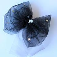 「夜空にきらめく星デザイン」 キラキラソフトチュールのボリュームが可愛いリボンのヘアクリップ 〈ゆらめくオーガンジーリボン付き〉