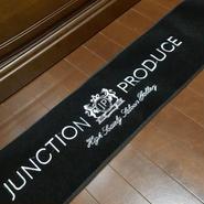 JP ジャンクションプロデュース★ラグジュアリーダッシュマット 黒×白糸刺繍★112cm ×22cm