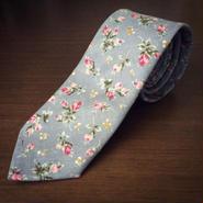 ライトグレー花柄ネクタイ