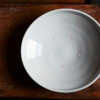 境 知子さん  白磁7寸 たわみ鉢(目跡あり)