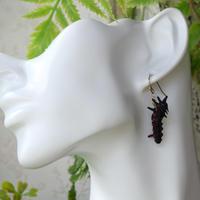 大胡麻斑の幼虫ピアス(ディフォルメ、片耳用