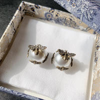 bee motif pearl catch pierce