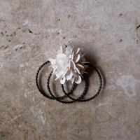 スパンコールのフープブローチ・ホワイト