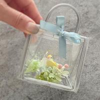 小さなバッグ 鳥とプリザーブドフラワーのアレンジ。出産祝いに、プチギフトに。送別祝い・入学祝い・誕生日・鳥が好きな人への贈り物に
