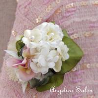 小さな花束を胸に。白い小花・あじさい・パール・アストランティアのコサージュ