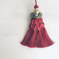 赤いクリスマスタッセル・クリスマスオーナメント。パリテイスト